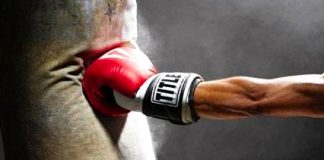 Ejercicios y el saco de boxeo